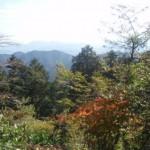 高尾山山頂で周囲を眺める