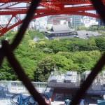 東京タワーの階段を登っていく