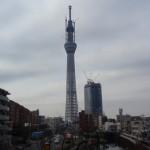 さらに遠くの鉄橋で東京スカイツリーを見学