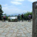 高尾山山頂で休憩、周囲の景色も