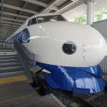 京都鉄道博物館、室内に入るまでにも多数の車両展示